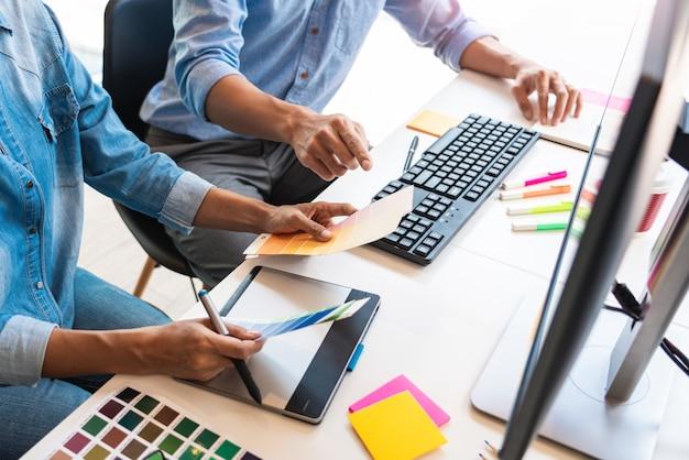 Profesjonalny Kreatywny Architekt Grafik Zawód Wybierając Próbki Palety Kolorów Dla Projektu Na Biurowym Komputerze Stacjonarnym Premium Zdjęcia