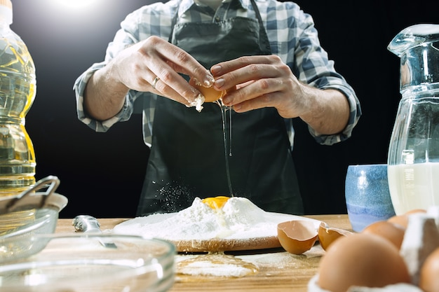 Profesjonalny Kucharz Męski Posypuje Ciasto Mąką Darmowe Zdjęcia