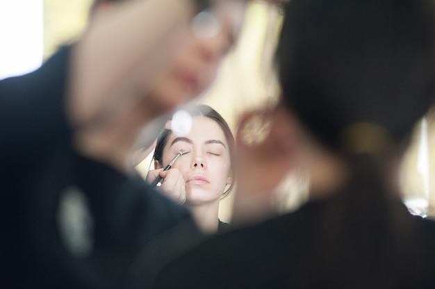 Profesjonalny Makijaż Dla Kobiety W Studio Urody Premium Zdjęcia