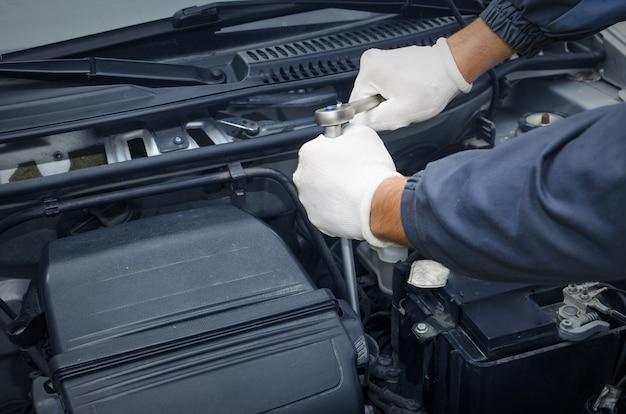 Profesjonalny Mechanik Samochodowy W Warsztacie Naprawiającym Samochód Darmowe Zdjęcia