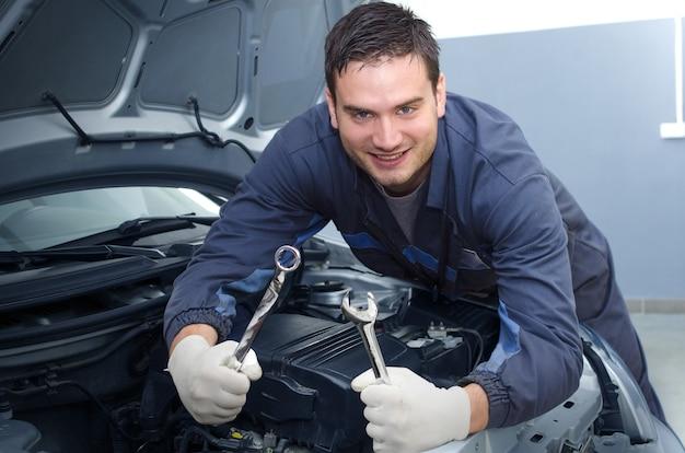 Profesjonalny Mechanik Samochodowy W Warsztacie Darmowe Zdjęcia