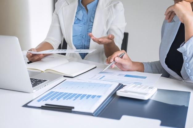Profesjonalny partner w biznesie omawia plan pomysłów i prezentuje nowy projekt na spotkaniu współpracy, pracy i analizie w biurze obszaru roboczego, finansów i inwestycji Premium Zdjęcia