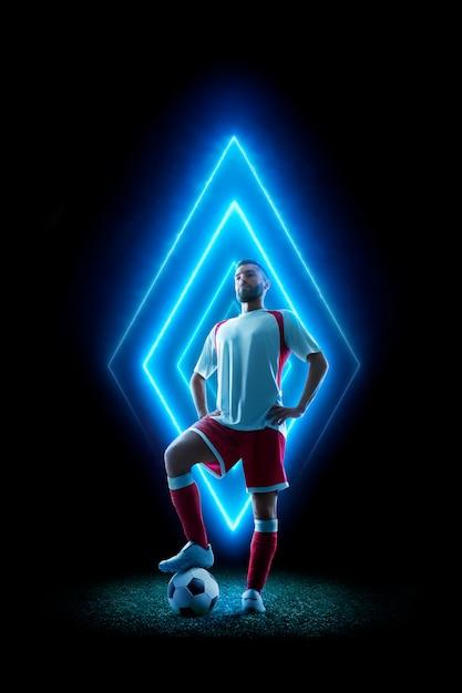 Profesjonalny Piłkarz W Neonowym Stylu. Piłka Nożna Czarno Na Białym Tle. Geometryczny Kształt Neonu Premium Zdjęcia