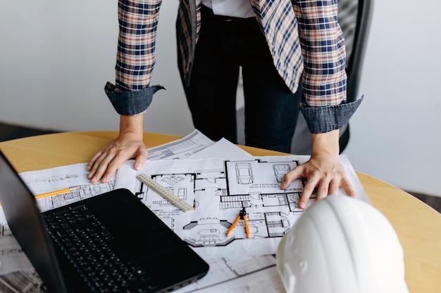 Profesjonalny Projektant Pracujący Nad Projektowaniem Domu Premium Zdjęcia
