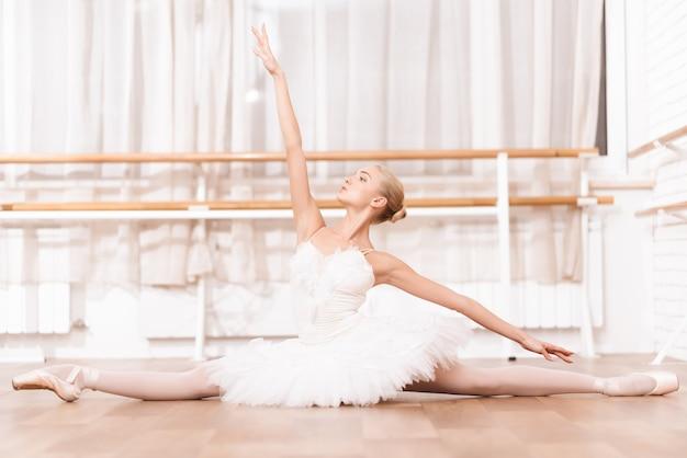 Profesjonalny tancerz ćwiczy w klasie baletowej. Premium Zdjęcia