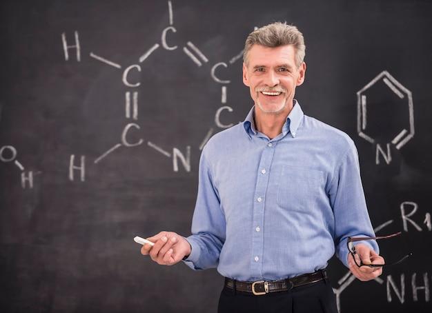 Profesor Chemii Prowadzący Wykład Na Uniwersytecie. Premium Zdjęcia