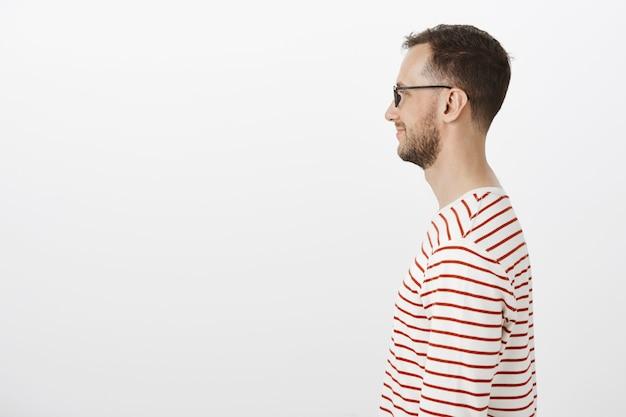 Profilowy Portret Zadowolonego Maniaka W Czarnych Okularach, Uśmiechającego Się Szeroko, Czekającego W Kolejce Do Kina Darmowe Zdjęcia