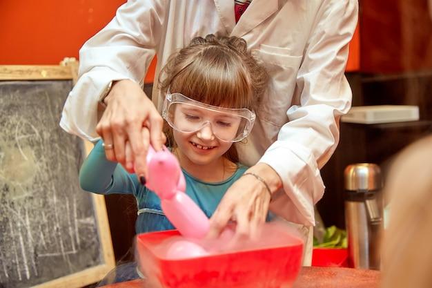 Program chemiczny dla dzieci. profesor przeprowadził eksperymenty chemiczne z ciekłym azotem na urodziny małej dziewczynki. Premium Zdjęcia