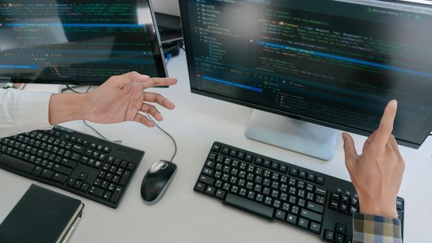 Programiści Opracowujący Kody Na Swoich Komputerach Premium Zdjęcia