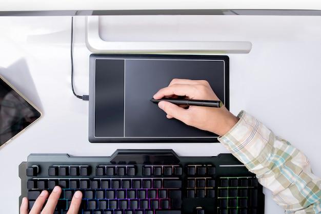 Projekt Graficzny Umożliwia Edycję Zdjęcia W Tablecie Touch Pen. Profesjonalny Edytor Zdjęć Retuszujących. Widok Z Góry. Premium Zdjęcia