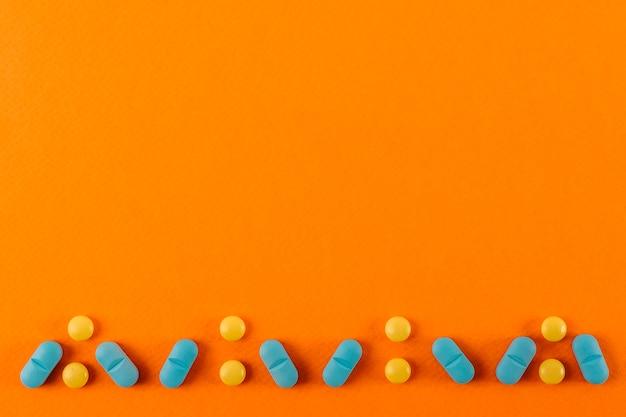 Projekt pigułki wykonane na pomarańczowym tle Darmowe Zdjęcia
