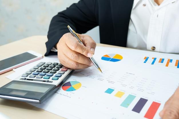Projekt Raportów Finansowych Księgowego Z Azji. Premium Zdjęcia