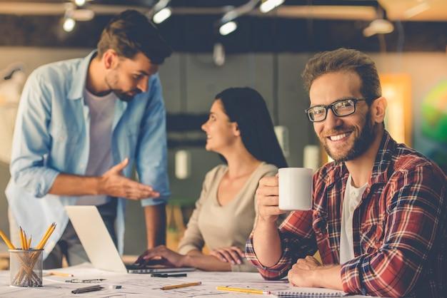 Projektanci dyskutują o sprawach podczas pracy w studio. Premium Zdjęcia