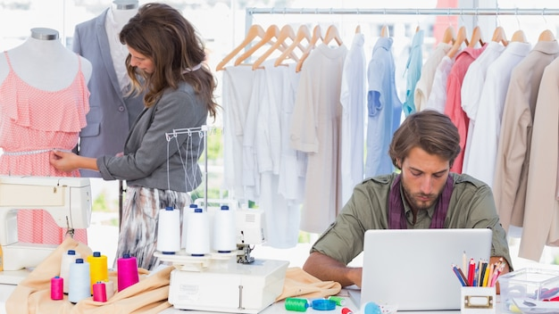 Projektanci mody pracuje w jasnym biurze Premium Zdjęcia