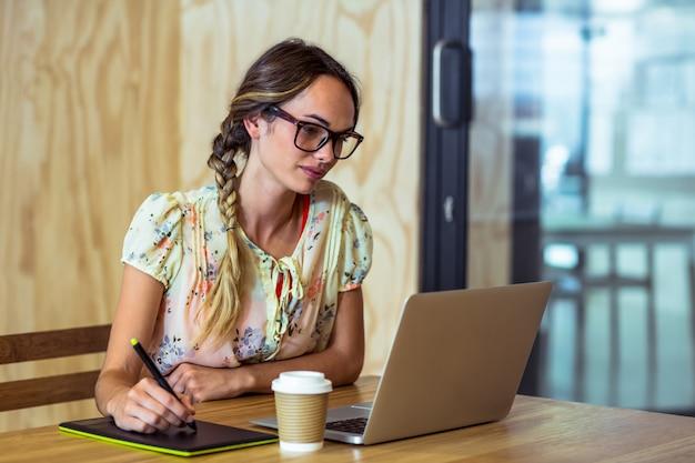 Projektant Graficzny Za Pomocą Tabletu Graficznego Premium Zdjęcia
