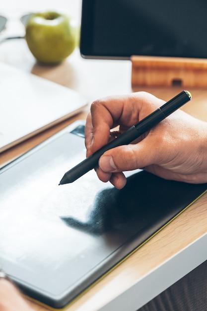 Projektant Graficzny Za Pomocą Tabletu Piórkowego Premium Zdjęcia