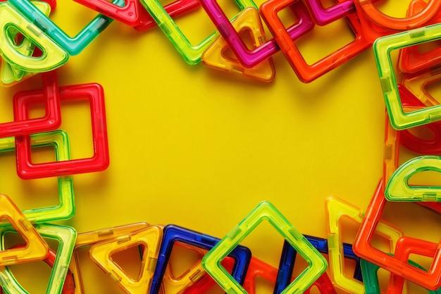 Projektant Lub Konstruktor Magnetyczny Dla Dzieci. Szczegóły, Geometryczne Kształty Na żółtym Tle. Leżał Płasko, Kopia Przestrzeń. Premium Zdjęcia