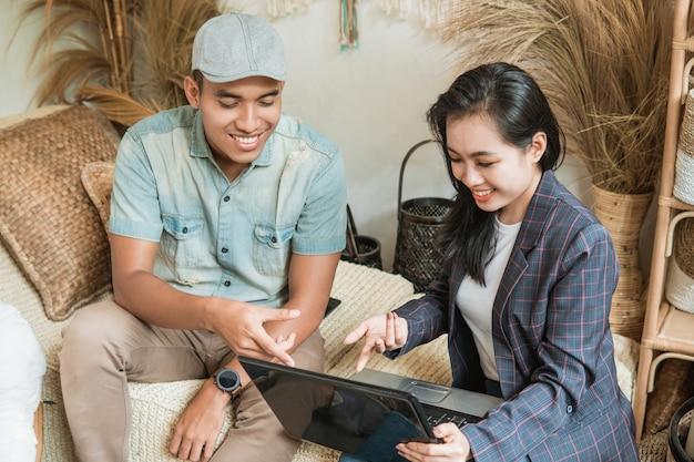 Projektantka I Przedsiębiorczyni Mówią O Sprzedaży Rękodzieła Za Pomocą Laptopów W Warsztatach Rzemieślniczych Premium Zdjęcia