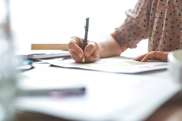Projektantka Rysuje Animowane Postacie Do Gier Komputerowych. Premium Zdjęcia