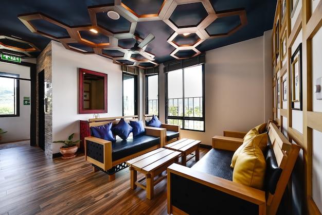 Projektowanie wnętrz nowoczesny salon z sofą i meblami nowego domu Premium Zdjęcia