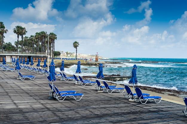 Promenada Nadmorska Z Leżakami, Niebieskie Leżaki Na Plaży Premium Zdjęcia