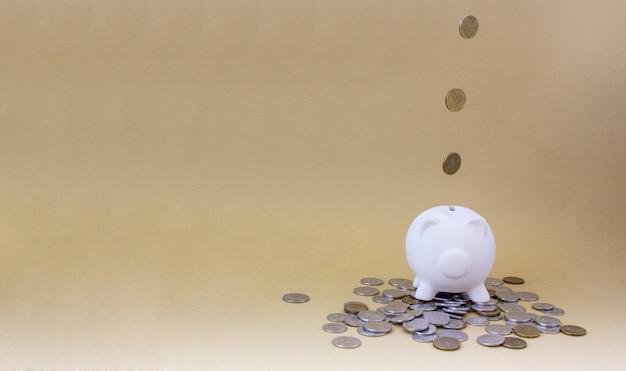 Prosiątko bank z pieniądze i monetami Premium Zdjęcia