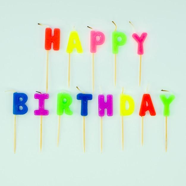 Prosta Wiadomość Z Okazji Urodzin Z Kolorowymi świecami Darmowe Zdjęcia