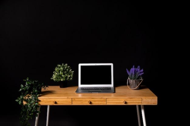 Proste Drewniane Biurko Z Szarym Laptopem Darmowe Zdjęcia