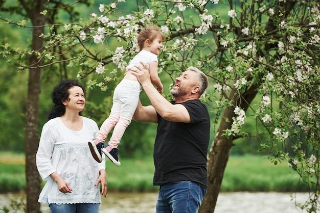 Prosto W Powietrze. Wesoła Para Spędza Miły Weekend Na świeżym Powietrzu Z Wnuczką. Dobra Wiosenna Pogoda Darmowe Zdjęcia