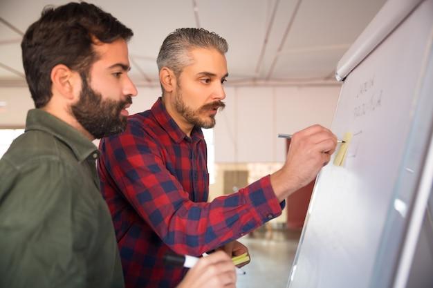 Przedsiębiorcy Dzielący Się Pomysłami Na Projekt Darmowe Zdjęcia