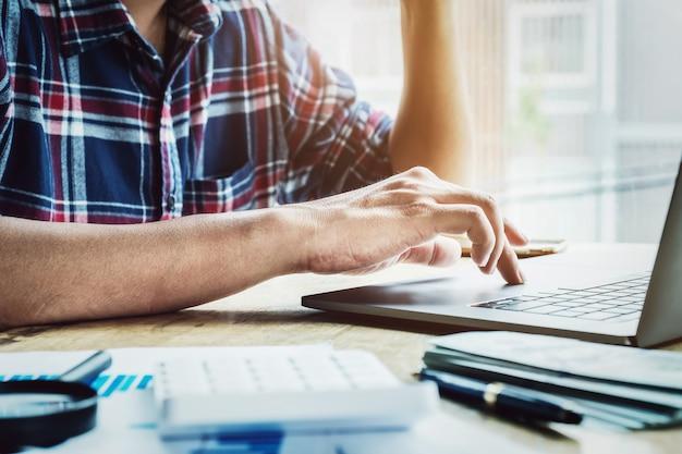 Przedsiębiorcy używają laptopa komputerowego do wymiany informacji biznesowych. Premium Zdjęcia