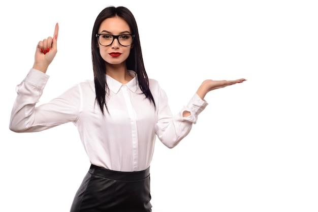 Przedstawiająca Biznesowa Kobieta W Okularach Premium Zdjęcia