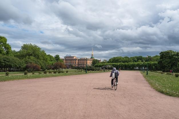 Przejażdżki Rowerem Po Mieście. Widok Pejzaż Miejski W Petersburgu Premium Zdjęcia