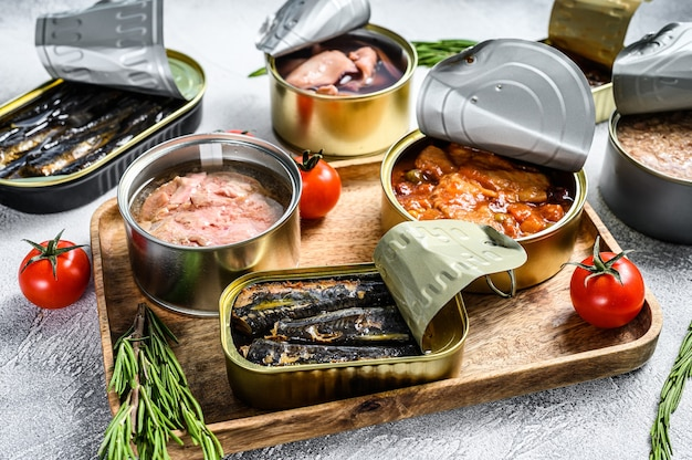 Przekąski Z Owoców Morza W Puszkach Sardynki, Małże, Ośmiornice, łosoś I Tuńczyk Premium Zdjęcia