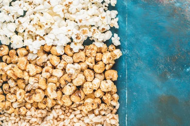 Przekąski Z Popcornu, Karmelu I Kukurydzy Na Niebieskim Tle Darmowe Zdjęcia