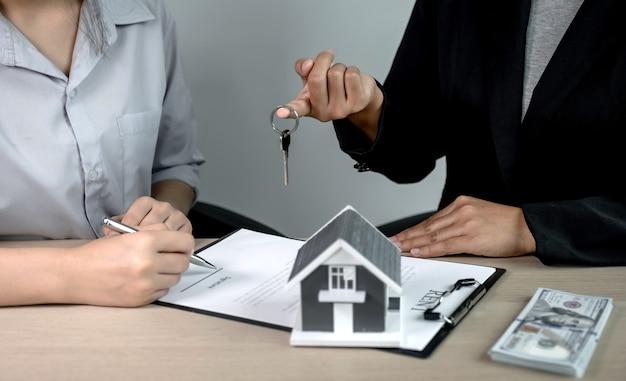 Przekaż Agentowi Nieruchomości, Trzymaj Klucze I Wyjaśnij Umowę Biznesową, Wynajmę, Kup, Hipotekę, Pożyczkę Lub Ubezpieczenie Domu. Premium Zdjęcia