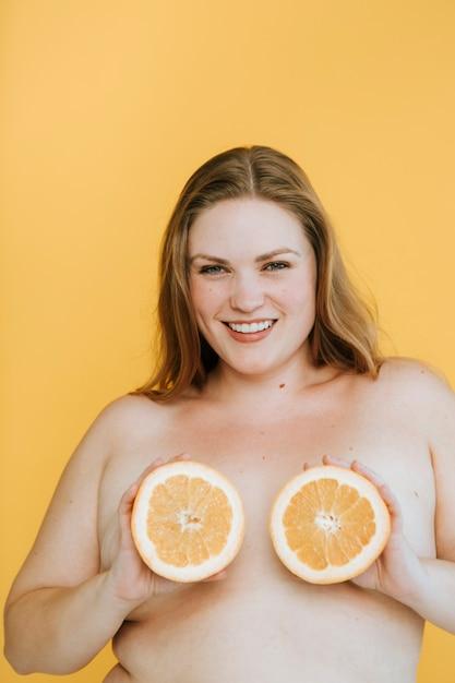 Przekonana, plus rozmiar kobieta z owocowymi cyckami Premium Zdjęcia