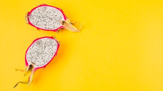 Przekrawana owoc smoka na żółtym tle Darmowe Zdjęcia