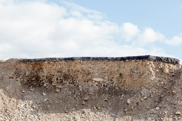 Przekrój Poprzeczny Asfaltowa Droga Z Niebieskiego Nieba Tłem Premium Zdjęcia
