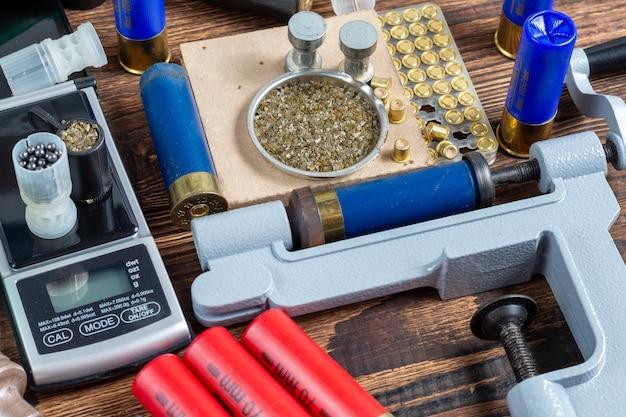 Przeładowywanie pocisków do strzelby specjalnym sprzętem do przeładowania. Premium Zdjęcia