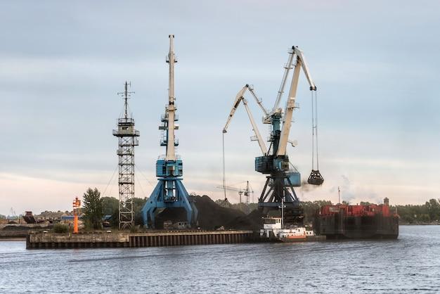 Przeładunek węgla na statki kontenerowe Premium Zdjęcia