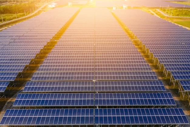 Przemysł Fabryki Obszaru Ogniw Słonecznych Zielona Energia Elektryczna I Panele Słoneczne Linii Powyżej Widoku Premium Zdjęcia