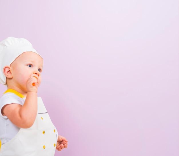 Przemyślane dziecko kucharz patrząc od hotelu Darmowe Zdjęcia