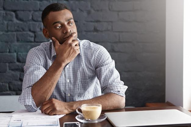 Przemyślany Afrykański Biznesmen Dotyka Jego Brody Darmowe Zdjęcia