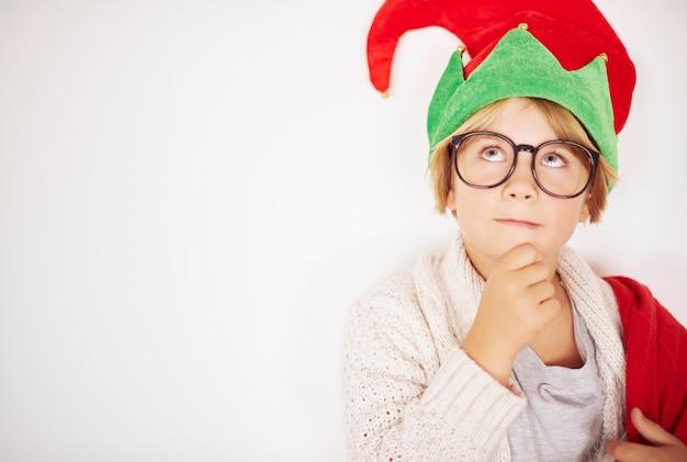 Przemyślany Mały Elf Przed ścianą Darmowe Zdjęcia
