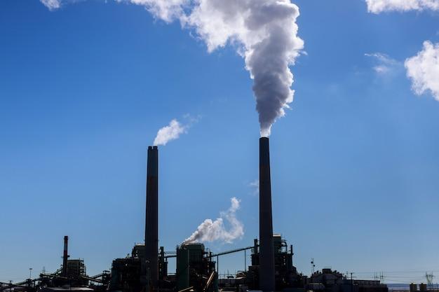Przemysłowa elektrownia węglowa stosu dymu Premium Zdjęcia