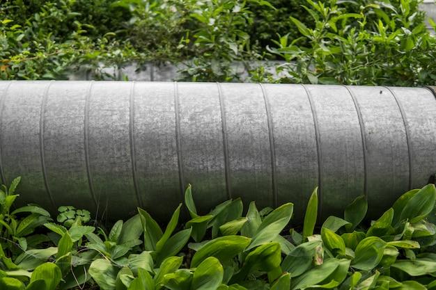 Przemysłowa Metalowa Drymba W Zielonej Trawie. Premium Zdjęcia