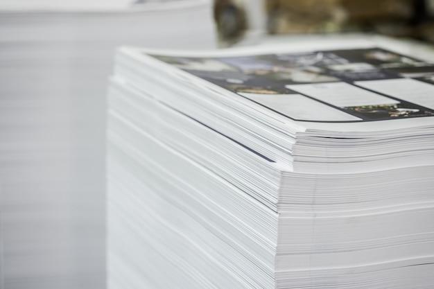 Przemysłowe Arkusze Offsetowe Z Wysokim Kontrastem I Stosami Papieru. Premium Zdjęcia