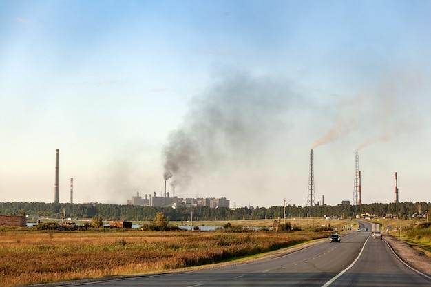 Przemysłowy Krajobraz Miasta Z Wieloma Fabrykami, Autostradami I Wieżowcami. Zanieczyszczenie środowiska Premium Zdjęcia