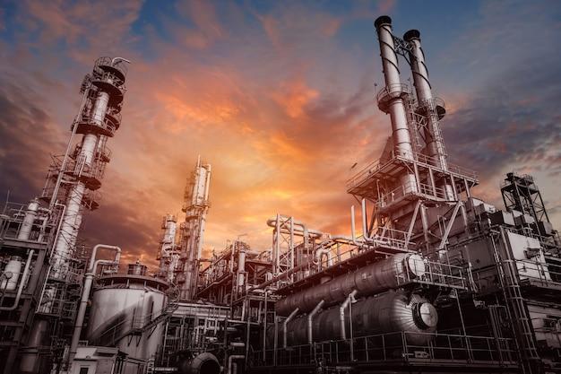 Przemysłowy Piec I Wymiennik Ciepła Krakujące Węglowodory W Fabryce Na Zachodzie Słońca Nieba, Zbliżenie Urządzeń W Zakładzie Petrochemicznym Premium Zdjęcia